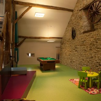 Salle de jeux en demi-niveau sur le hall