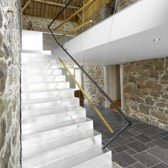 Escalier en tôle aluminium pliée depuis le hall vers les chambres
