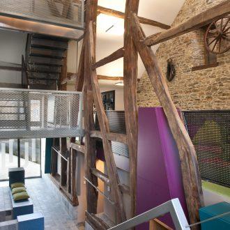 Intégration intérieure entre l'ancienne structure en chêne