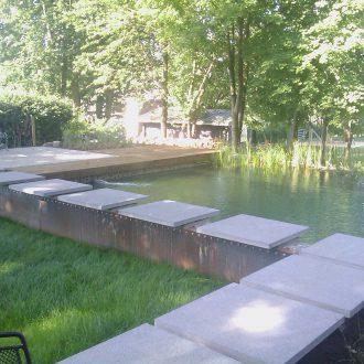 Pas japonais sur étang de natation