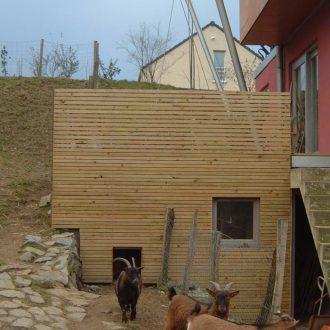 Cabane pour les chèvres sous la terrasse