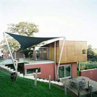 Intégration de l'habitation dans la pente