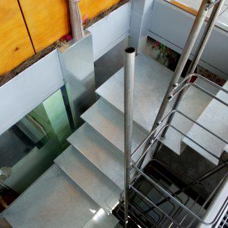 Tôle pliée formant l'escalier